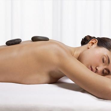 Taoistische Massageanwendung mit warmen und kalten Steinen