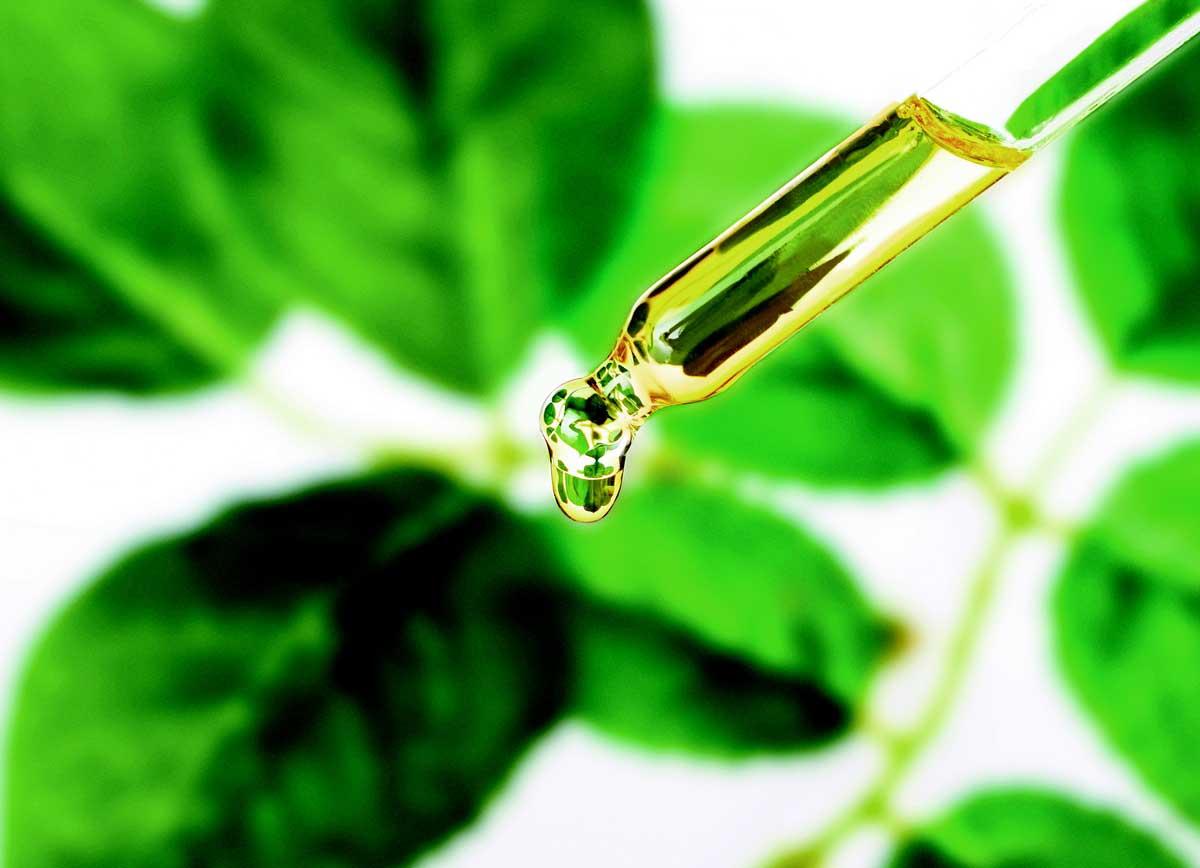 pipette remplie d'huile de soin pour la peau